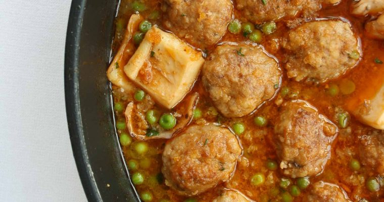 Meatballs with peas and cuttlefish